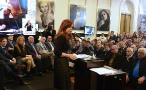 """La presidenta, Cristina Fernández de Kirchner, anunció por cadena nacional la ampliación y el mejoramiento """"de la cobertura social, para incentivar la demanda agregada"""". En total es una suba de 16.803 millones de pesos. Además adelantó que se lanzará de la campaña """"Mirar para cuidar"""". (foto Télam)"""