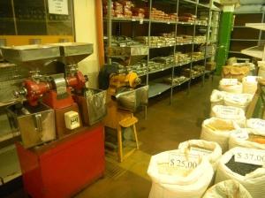 Cafés molidos a la vista, legumbres y granos de venta por kilo y especias en lo de Benito.